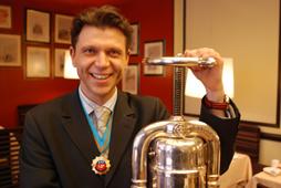 Julien Marchal-Gueret, directeur de la restauration aux Quatre Saisons à Rouen, est également maître canardier