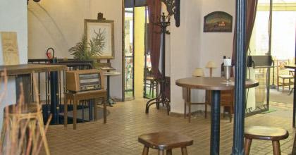 vins gastronomie jazz et meubles anciens le clos des magnans joue sur tous les registres. Black Bedroom Furniture Sets. Home Design Ideas
