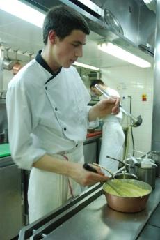 Une journ e avec lucas marini commis de cuisine au for Offre d emploi commis de cuisine paris
