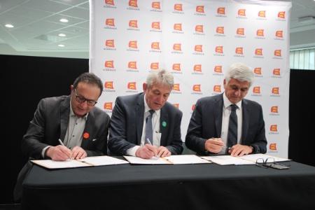 Le directeur et le président de la future école, Kamel Mebarki (à gauche) et Christian Grzanka (au centre), signent Hervé Morin (à droite) la déclaration d