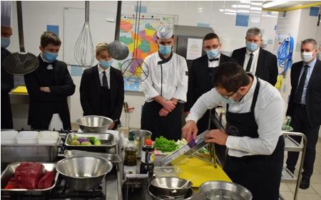 Les élèves de Bac Pro ainsi que 2 enseignants très à l'écoute des techniques du Chef Gaëtan Citerne