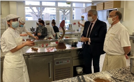 Jérôme Kohn directeur et Frédéric Boru professeur avec un apprenti BTM pâtissier - chocolatier - glacier – confiseur