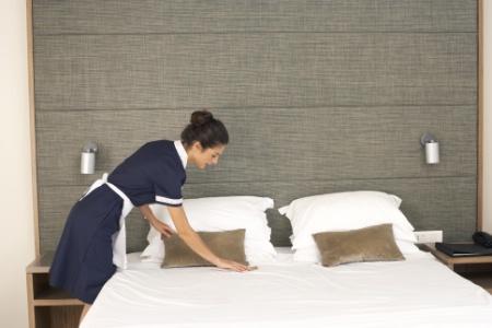 les tapes de nettoyage de la chambre en d part. Black Bedroom Furniture Sets. Home Design Ideas