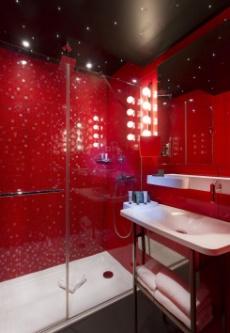 Un h tel l 39 atmosph re tr s parisienne - Salle de bain en rouge ...