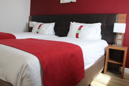 l 39 holiday inn de clermont ferrand affiche 4 toiles. Black Bedroom Furniture Sets. Home Design Ideas
