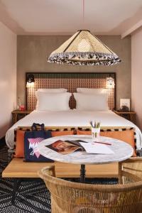 Mélange des genres avec table de bistrot, mobilier en rotin, banquette en bois, cannages et douceur des tonalités.