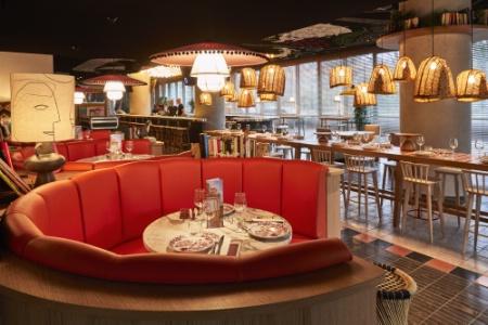 Bar central et longue tables d