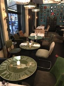 Tous les restaurants doivent assurer une distance d'un mètre entre les chaises de tables différentes . Tables qui ne peuvent accueillir plus de 6 convives.