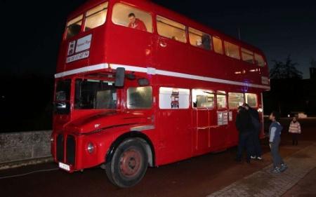 imp riale pizza pizzas italiennes bord d 39 un bus anglais. Black Bedroom Furniture Sets. Home Design Ideas
