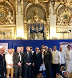 Jean-Baptiste Lemoyne, Secrétaire d'État, Jean-Yves Le Drian, ministre de l'Europe et des Affaires étrangères, Alain Ducasse et des chefs mobilisés pour l'opération de promotion de la gastronomie française, lors du lancement au Quai d'Orsay.