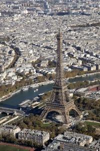 La tour Eiffel accueille plus de 6 millions de visiteurs chaque année.
