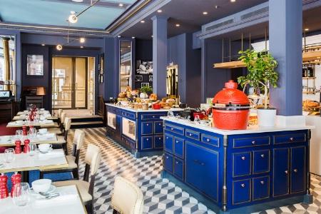 La Brasserie Bocuse avec ses îlots servant de buffets pour le petit déjeuner et au service devant une cuisine ouverte.