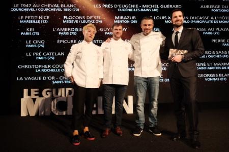 De gauche à droite, les trois nouveaux 3 étoiles : Kei Kobayashi, Christopher Coutanceau et Glenn Viel, avec Gwendal Poullennec, directeur international des guides Michelin.