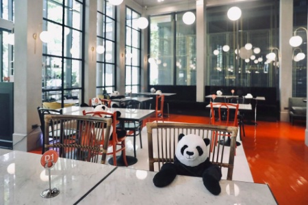 Des pandas en peluche à table