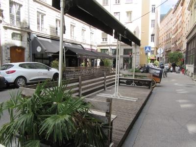 L'extension autorisée des terrasses vise à assurer une plus grande distanciation physique entre les clients.