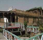 Les petis palais flottants du lac dal for Chambre criminelle 13 octobre 2004